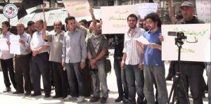 """31/5/14 protesta en Douma llamando a la liberación del grupo de activistas secuestrados """"Douma4"""". Foto via: Douma Local Council Facebook page"""