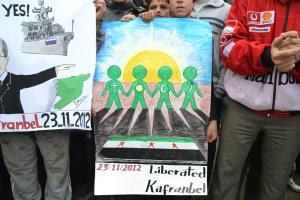 Pancarta en Kafranbel (noreste sirio) abogando por la unidad en la revolución de las diferentes sectas en Siria
