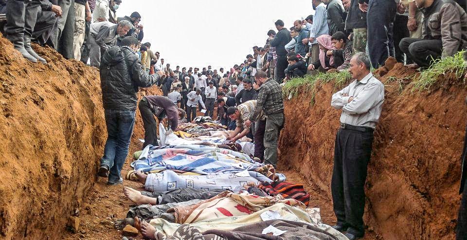 Vecinos cubren y clasifican cadáveres tras una masacr